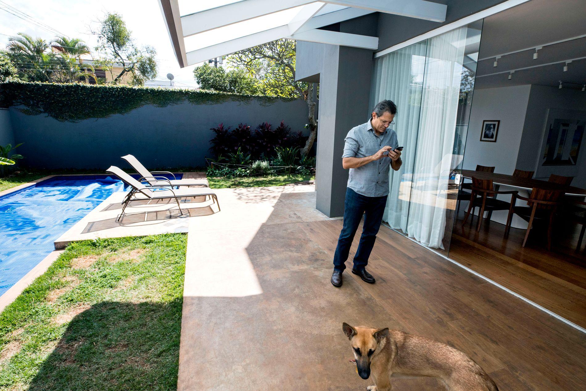 ET NYTT LIV: Fernando Haddad hjemme i privatboligen sin i Sao Paulo. Han har brukt tiden etter valgnederlaget til å reise rundt og snakke om brasiliansk demokrati. Etter 16 år i politikken sier han at det er deilig å ha litt fri fra partijobben.