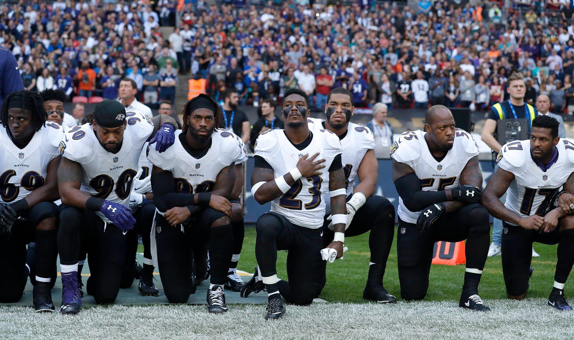 PROTESTERTE SØNDAG: Baltimore Ravens-spillere knelte under fremføringen av den amerikanske nasjonalsangen på Wembley før kampen mot Jacksonville Jaguars. Totalt knelte rundt 25 spillere fra begge lag.