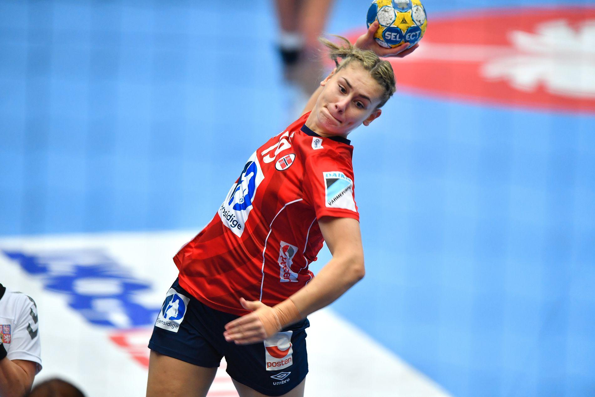COMEBACK: Her scorer Kjerstin Boge Solås i EM 2016. Noen måneder senere startet et skademareritt. Endelig er hun tilbake på banen.