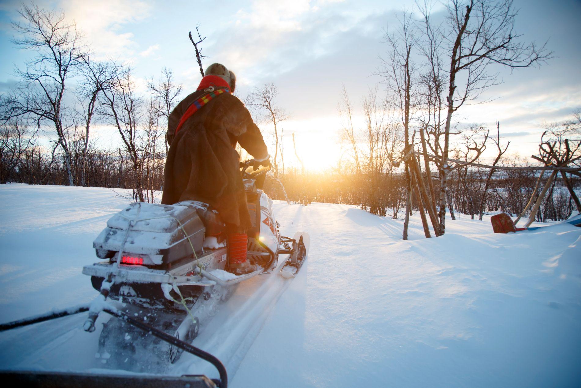 FRITAS: Frp ønsker at snøscootere skal fritas fra veibruksavgift på drivstoff. Her er reindriftssame Jon Mikkel Eira på snøscooteren ved Nattvann (Idjajávri) utenfor Karasjok.