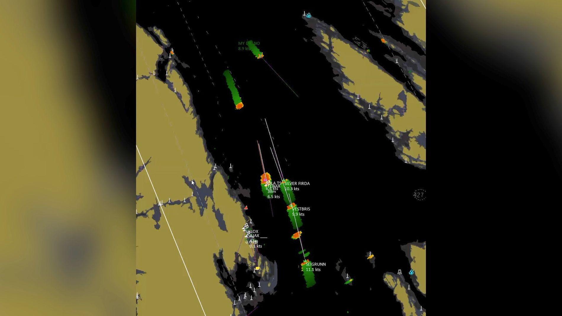 PÅ KOLLISJONSKURS: Radarbildene fra Fedje VTS viser det umerkede krigsskipet «Helge Ingstad» med retning rett mot tankskipet «Sola TS» natt til torsdag 8. november.