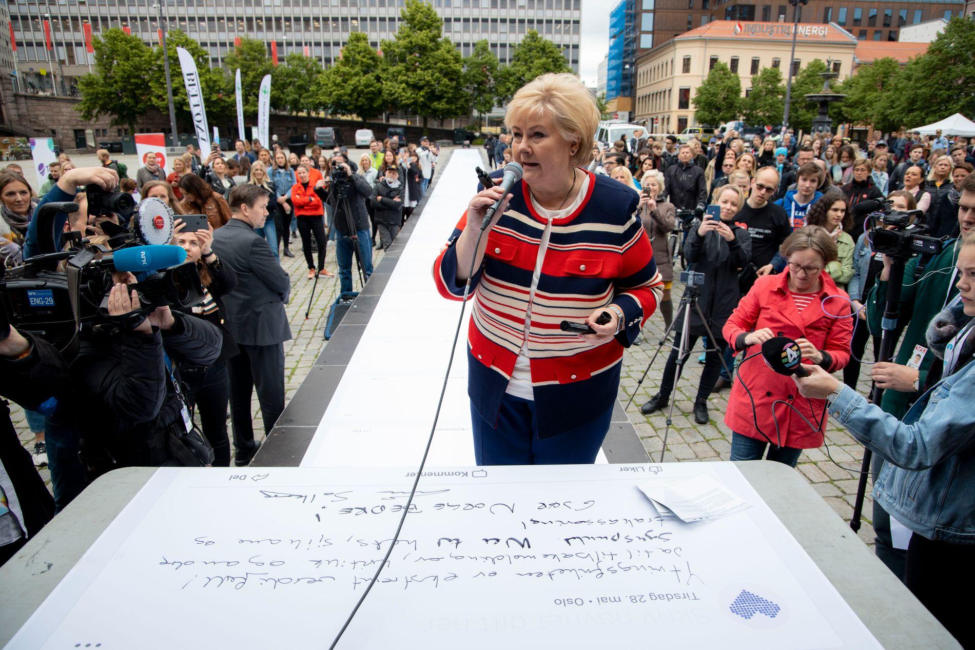 SKREV PÅ «VEGGEN»: På en 60 meter lang «vegg» skrev Erna at hun ønsket diskusjon, men ikke hets.