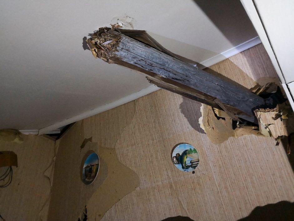 STOLPE I STUA: Lyktestolpen kom inn i boligen gjennom stueveggen.