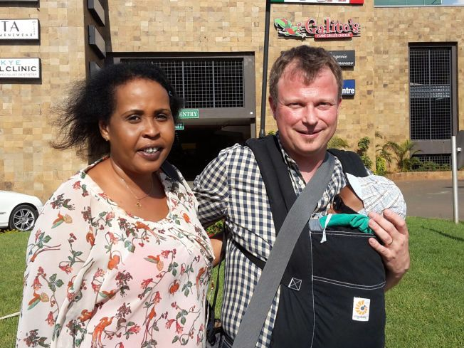 LYKKELIGE: Ekteparet Glenn og Ayan Saida Taranger var ikke i tvil da de fikk muligheten til å hjelpe lille Ismail. Her er de i Nairobi for å gjennomføre søknadsprosessen for å få ta med seg sønnen hjem til Norge.