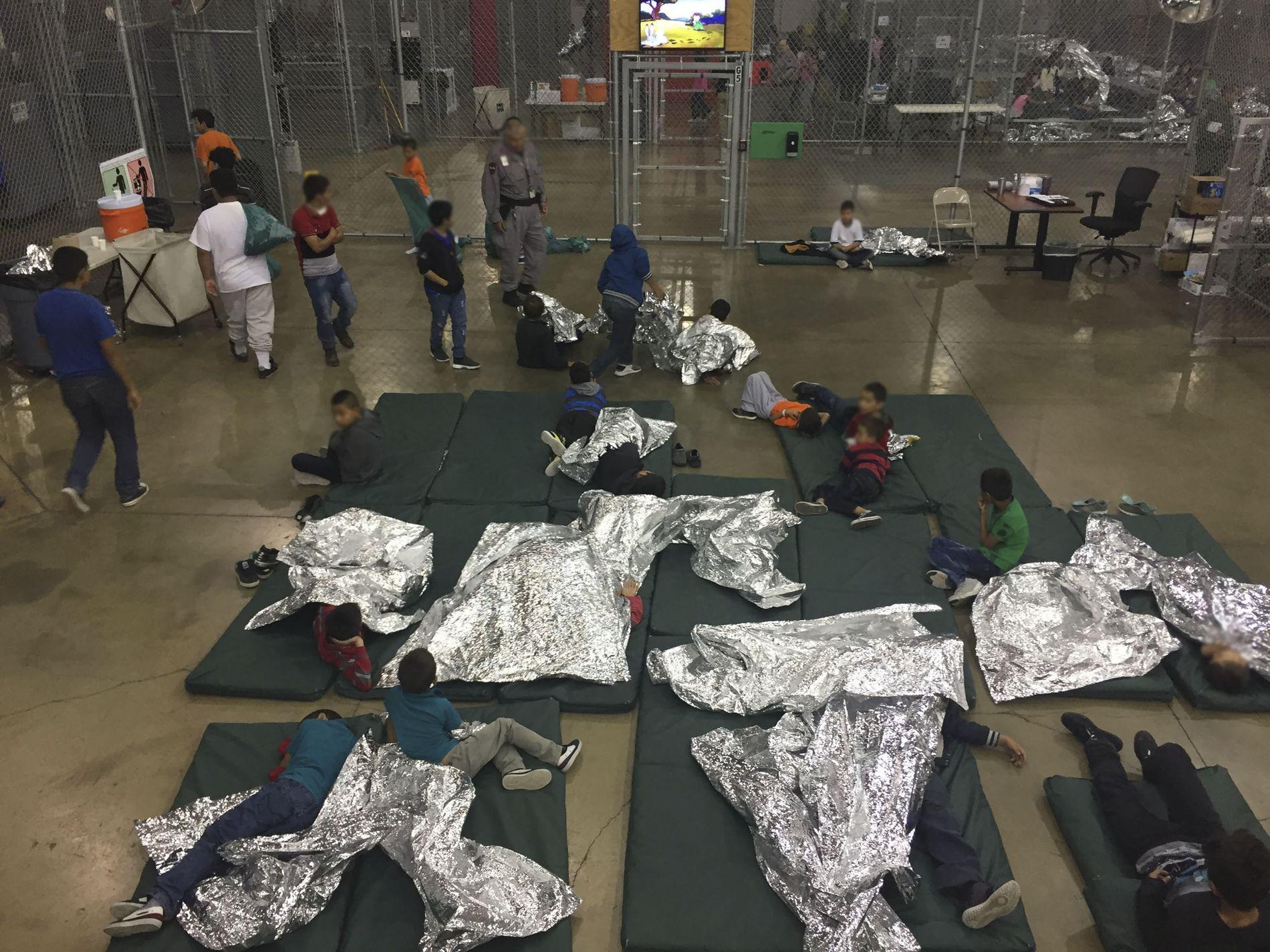 GRENSEKRISE: Over 2300 barn er blitt skilt fra foreldrene på den amerikanske grensen. Bildet viser et av mottakene i McAllen i Texas.
