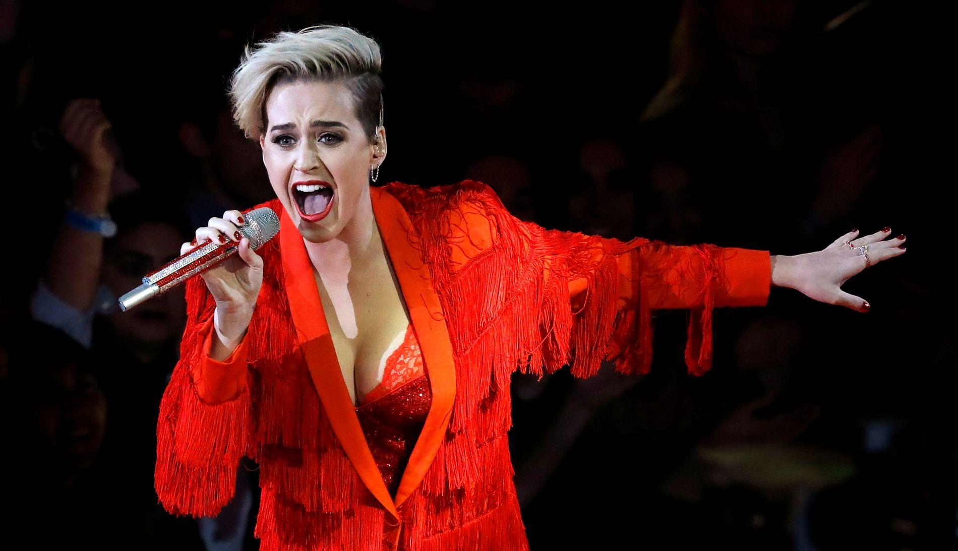 NY LOOK: Katy Perry på scenen under iHeartRadio Music Awards i California søndag.