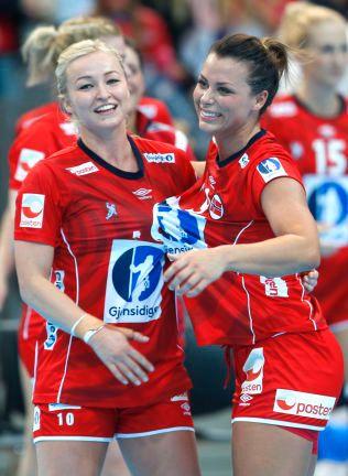 e2ed8261 VANT TIL SLUTT: Stine Bredal Oftedal og Nora Mørk kunne til slutt juble for  seier etter en motgangskamp mot Sverige. Foto: Vidar Ruud , NTB scanpix