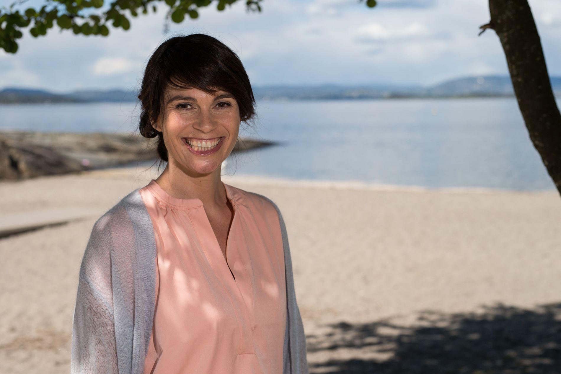 PÅ SKIBLADNER: Også denne sommeren skal Jeannette Platou være en av programlederne for årets «Sommeråpent» på NRK. Men denne gangen flytter hun fra kysten til innlandet og blir med Mjøsas hvite svane, Skibladner