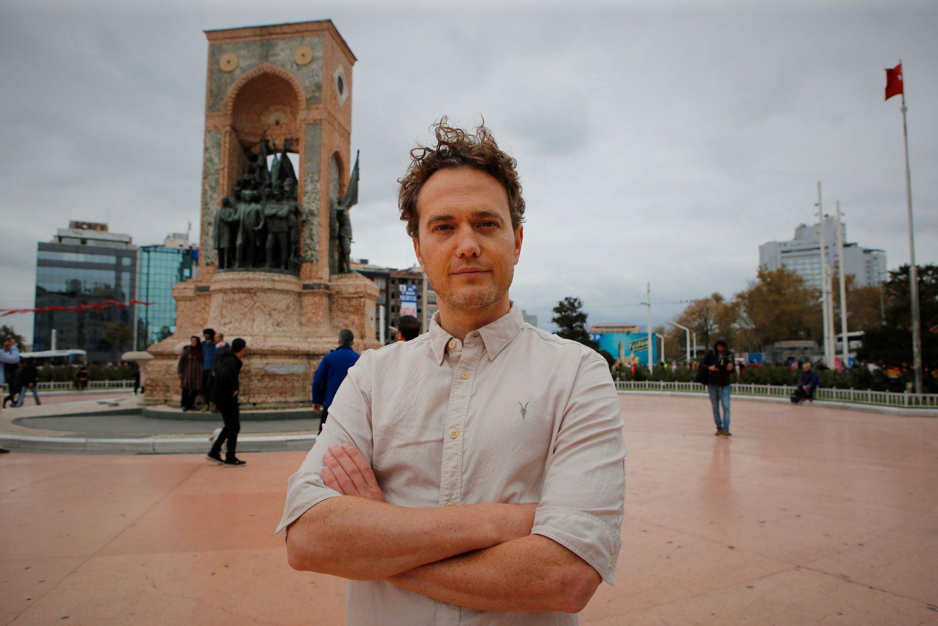 SKREV BOK: VG-journalist Nilas Johnsen, her ved Atatürk-statuen på Taksim-plassen i Istanbul.