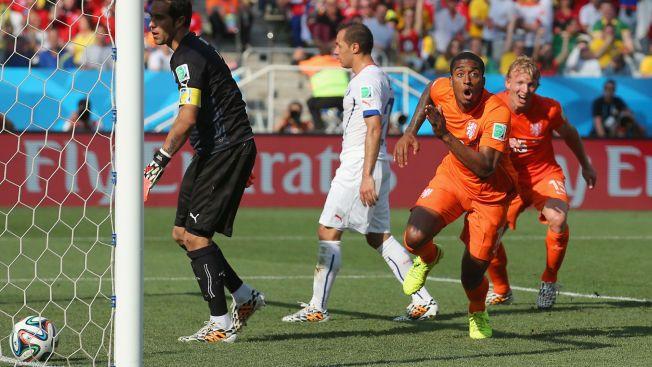 AVGJORDE: Nederland har vunnet gruppe B etter at Leroy Fer (nummer to fra høyre) og Memphis Depay ordnet 2-0 over Chile. Her jubler Fer for sin scoring sammen med Dirk Kuyt (til høyre).
