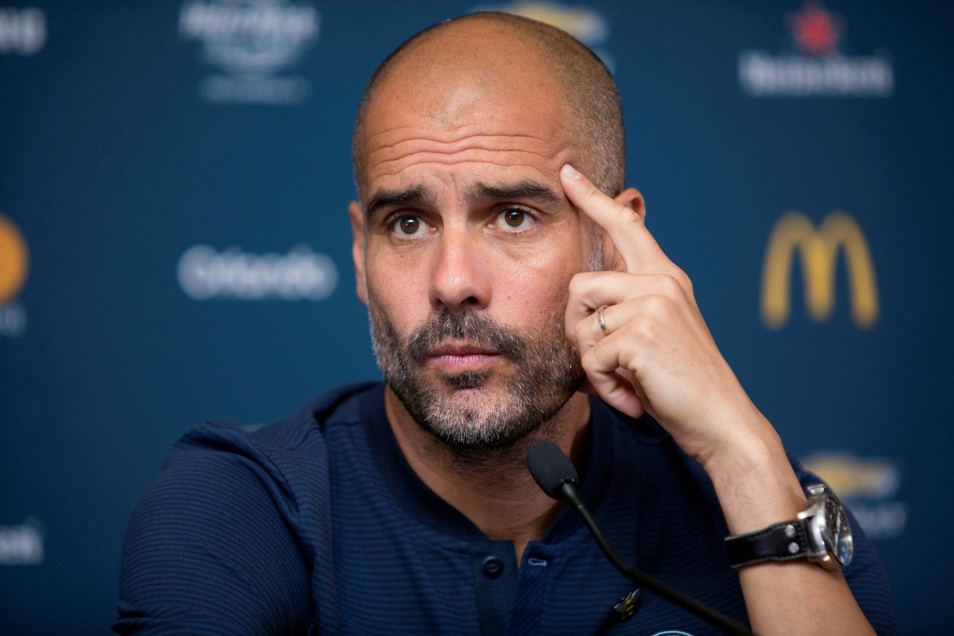 IRRITERT: Pep Guardiola, her under en pressekonferanse i Houston, Texas, er misfornøyd med fristene i overgangsvinduet.