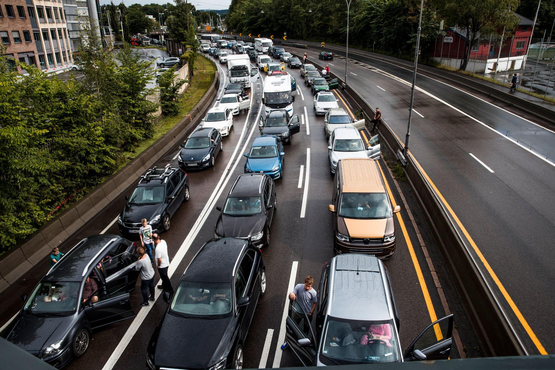 MÅ BETALE: Bilister på vei ut av Oslo må belage seg på å betale bompenger fra 2019. Her ved Bygdøylokket ble det full stopp på grunn av  kraftig regnvær, mange biler og stengt E18 i Oslo i fjor.