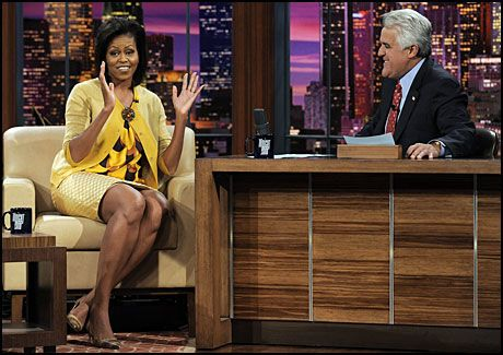 04a5e158 SNAKKET OM KLÆR: Jay Leno hadde besøk av Michelle Obama, og spurte henne om  hun har like dyre klær som Sarah Palin. Foto: AP