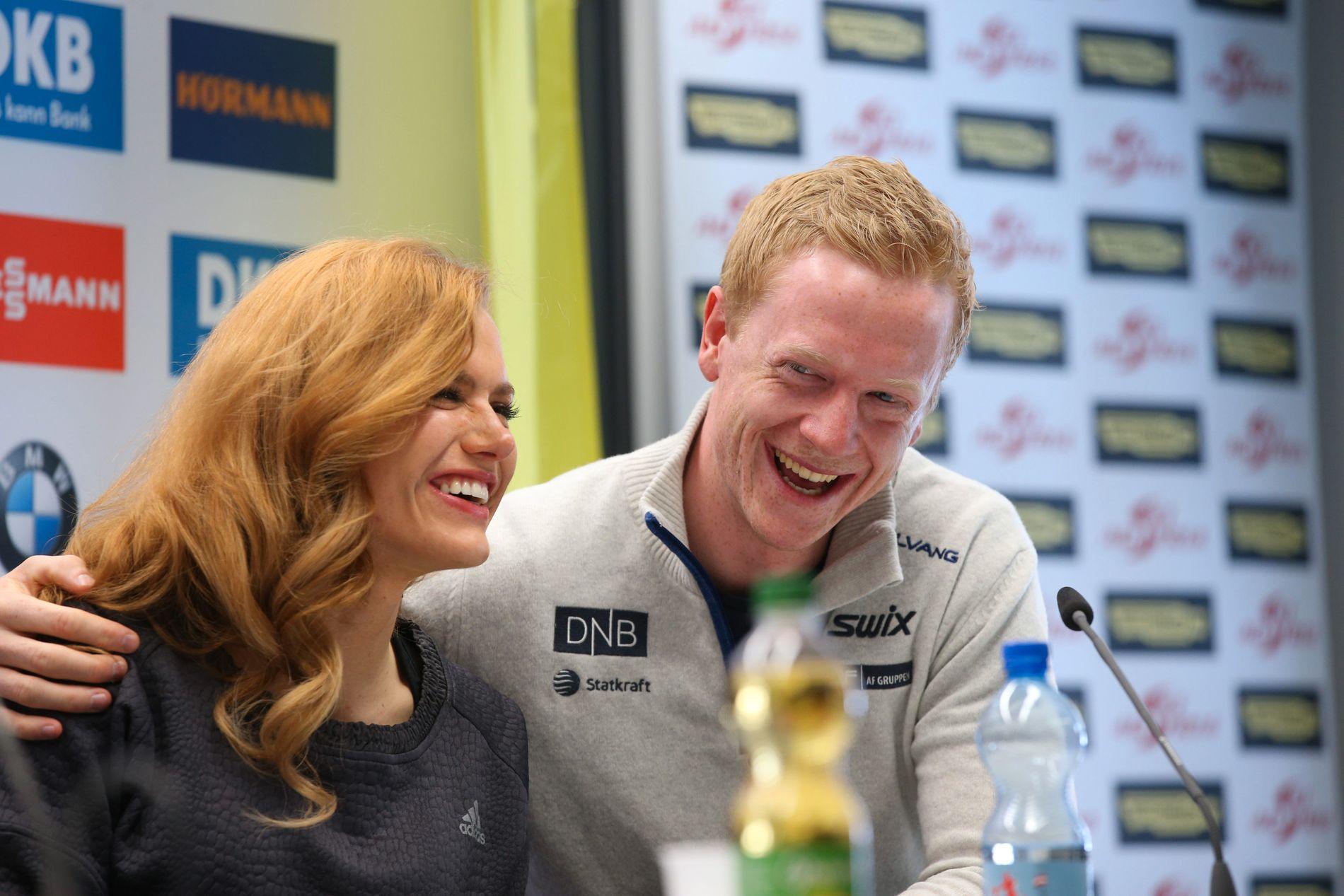 GOD LATTER: Gabriela Koukalová ler godt under en pressekonferanse i VM i Hochfilzen i 2017 - etter at Johannes Thingnes Bø har kommet med en god replikk.