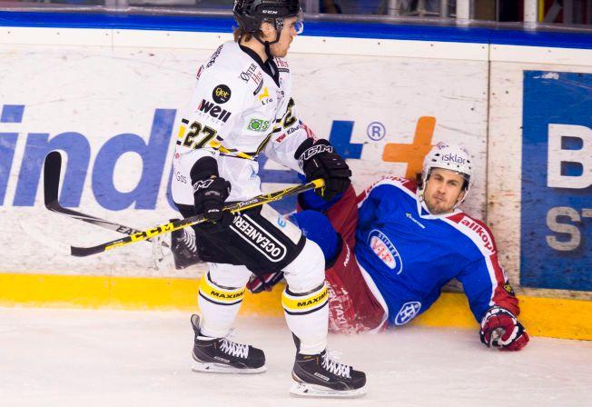 LA SEG FLAT: Vålerengas Tallak Lyngset la seg flat etter ukvemsordene mot Stavanger Oilers-spiller Philippe Cornet i romjulen. Her er han blitt kjørt over ende av Stavangers Henrik Medhus i kampen på Jordal 28. desember.