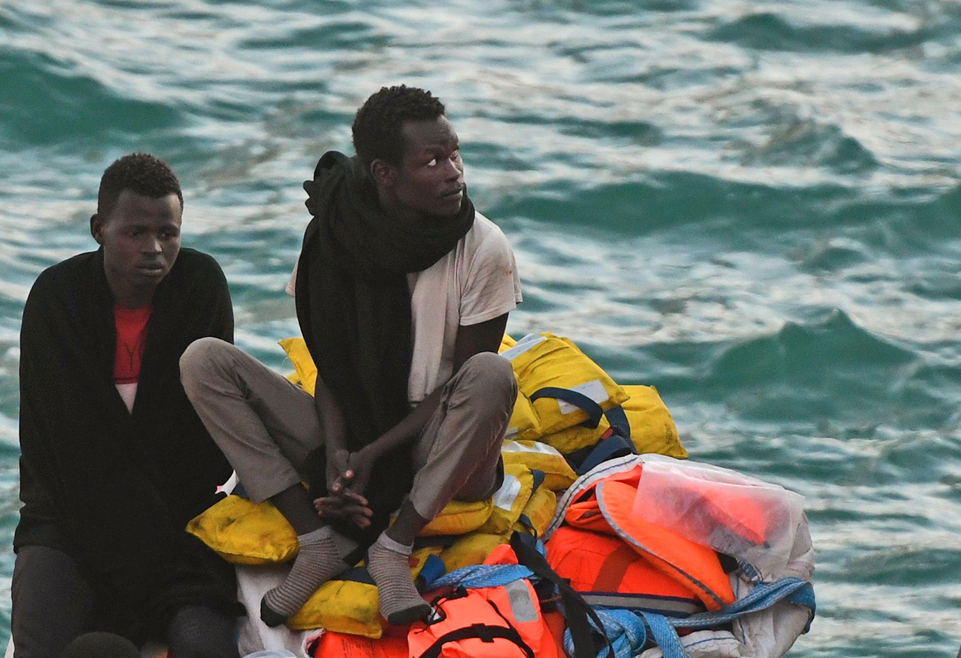 I HAVN: Bildet viser personer på Lifeline i havnen i Valletta onsdag kveld.