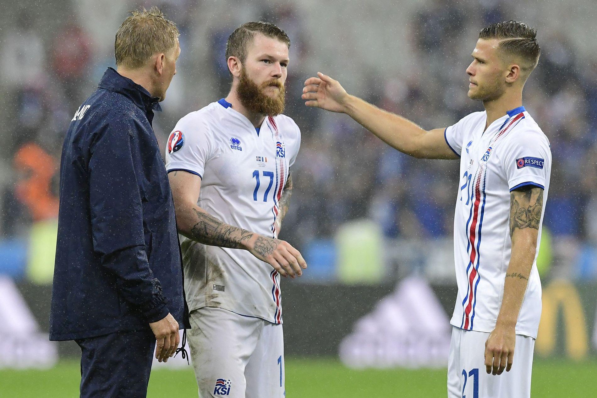 HEVET HODE: Aron Gunnarsson sammen med Arnor Ingvi Traustasson og den påtroppende landslagssjefen Heimir Hallgrimsson etter tapet mot Frankrike.