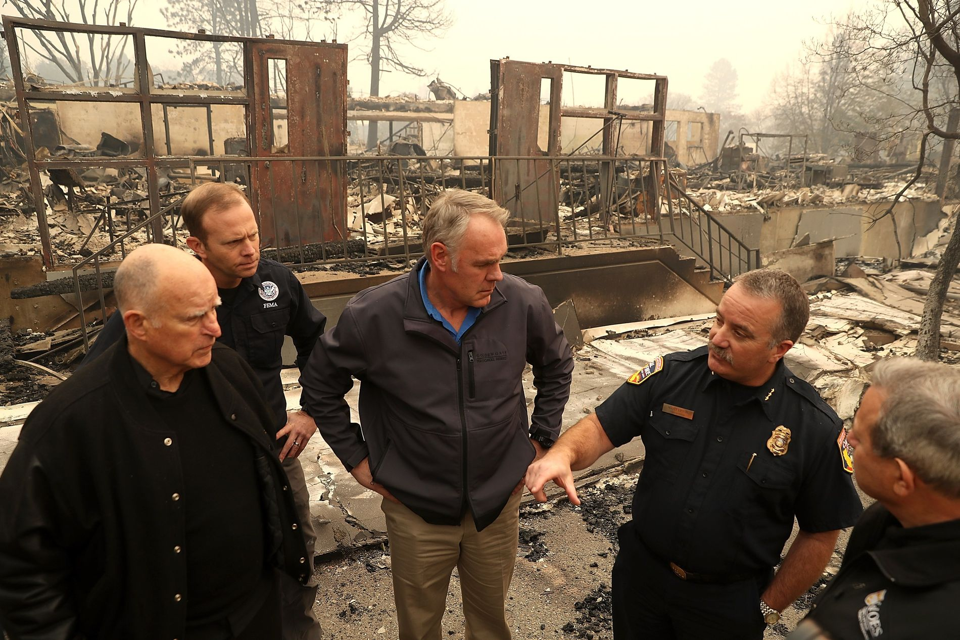 BEFARING: Her besøker innenriksminister Ryan Zinke en nedbrent skole i Paradise sammen med California-guvernør Jerry Brown (til venstre).  Det er særlig denne byen, hvor det engang bodde 27.000 mennesker, som har blitt rammer hardest.