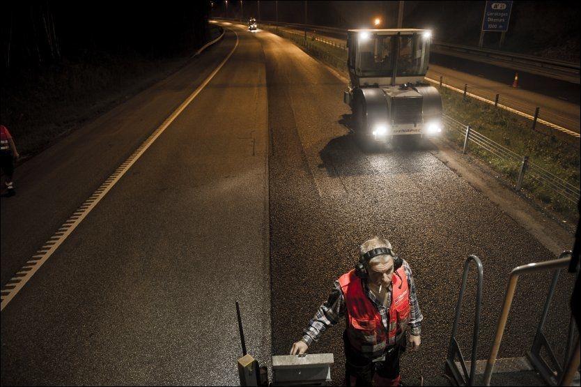 Veidekkes asfaltlag legger en kilometer med ny masse på E18 fra fylkesgrensa mellom Buskerud og Akershus i retning Asker sommeren 2011. Morten Skogstad følger nøye med på at alt gjøres korrekt. Foto: Aleksander Andersen/NTB scanpix