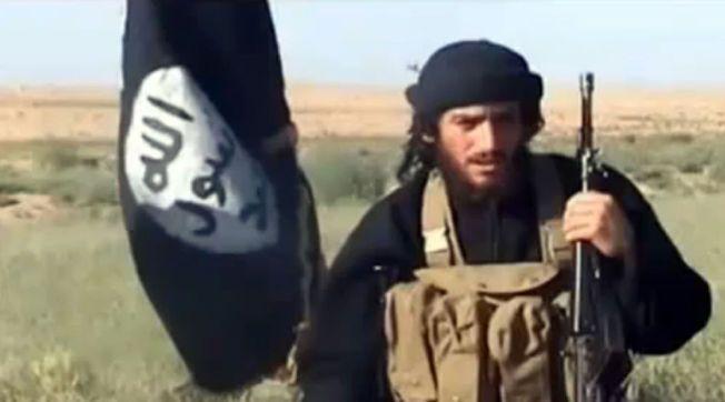 IS-TALSMANN: En skjermdump fra en video lastet opp på YouTube den 8. juli 2012 viser Abu Muhammad al-Adnani ved siden av et Al-Qaida-tilknyttet flagg på et ukjent sted.