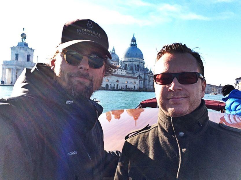 LAGER NETFLIX-SERIE: Joachim Rønning (t.h.) og Espen Sandberg ble nominert til Oscar for «Kon Tiki». Nå skal de lage TV-serie om Marco Polo for Netflix. Her er regissør-duoen på jakt etter location i Venezia forrige uke. Foto: Privat
