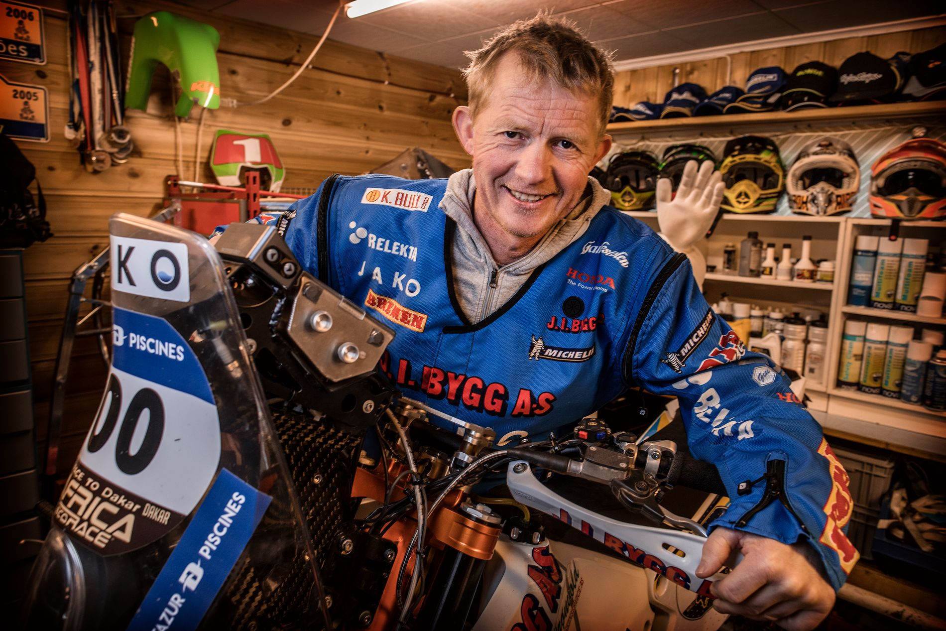 HJEMMEVERKSTED:  Noen har hjemmekontor, Pål Anders Ullevål har hjemme verksted. Her står motorsyklene hans på rekke og rad. Men nå er han først og fremst landslagtrener i enduro.
