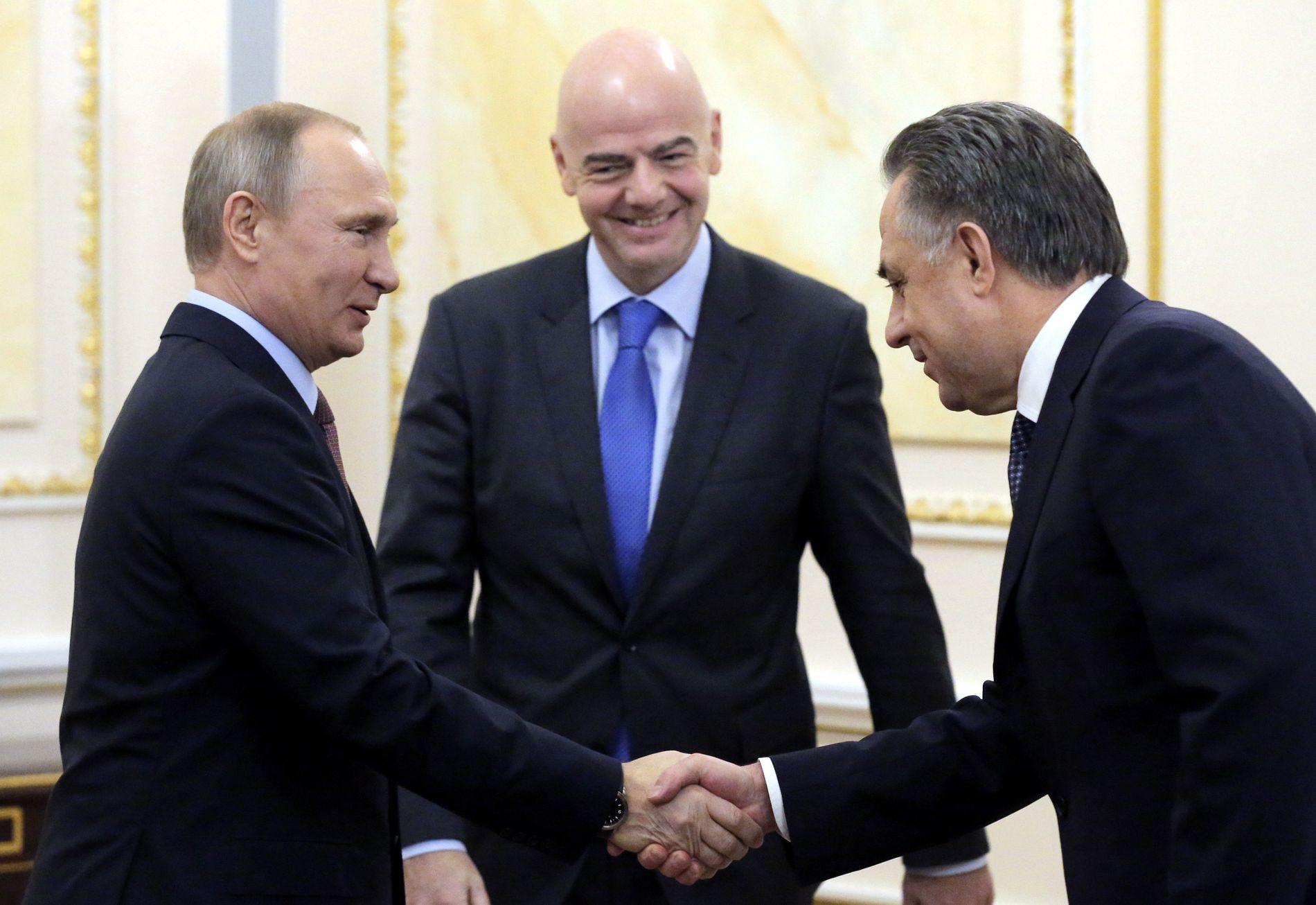 FOTBALL-VM Vladimir Putin (t.v.) hilser på Vitalij Mutko i forbindelse med et møte med FIFA-president Gianni Infantino (i midten) i november i fjor.