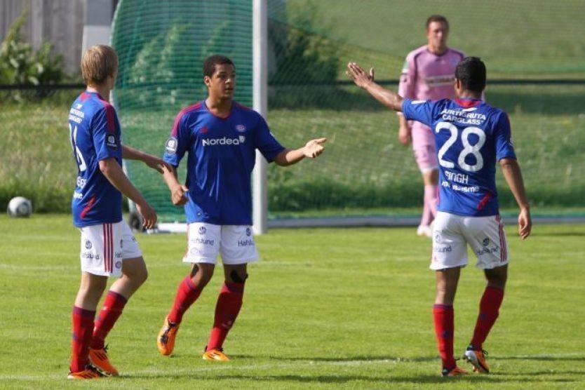 GLEDER SEG: Riki Alba (i midten) jubler for scoring i en treningskamp for a-laget til Vålerenga mot Follo i sommer. Han ser frem til et opphold i skotske Celtic senere denne uken. Foto: VIF Media