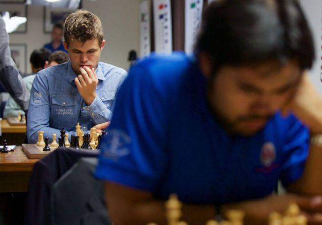KAMPHANER: Magnus Carlsen og Hikaru Nakamura fotografert under søndagens partier i Sinquefield Cup i St. Louis. Natt til tirsdag spilte de remis.