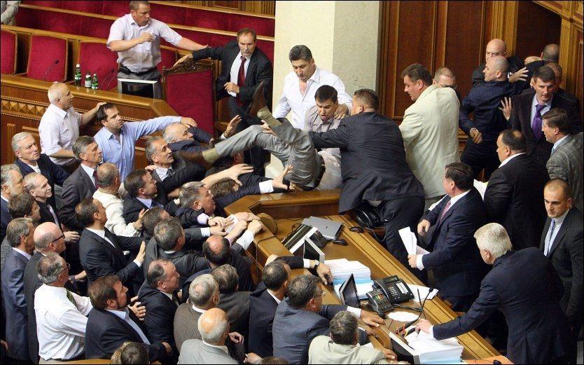HISSIG: De folkevalgte i Ukraina nøler ikke med å ty til knyttnevene når argumentene ikke strekker til. Foto: Reuters / NTB scanpix