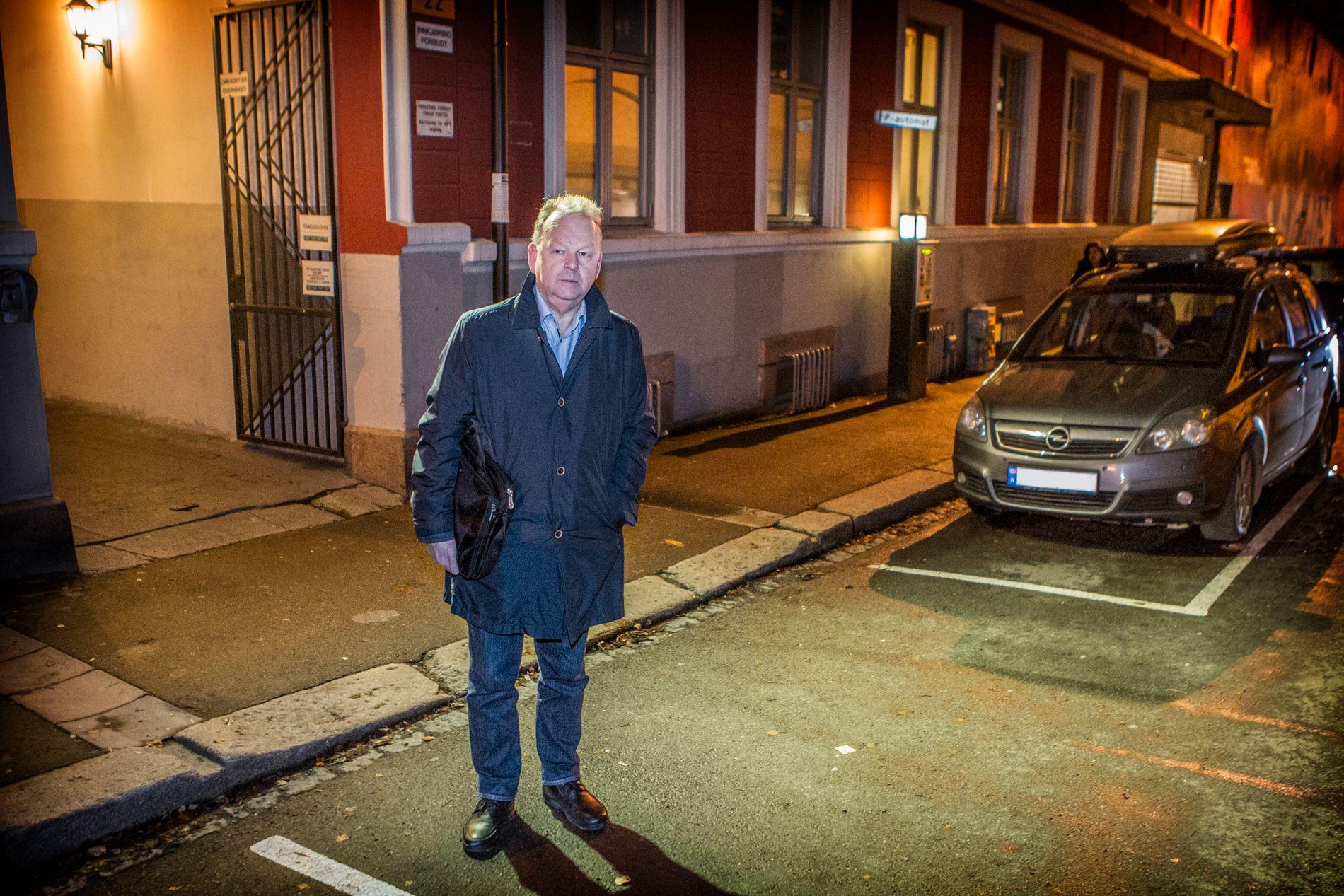 LETTET: Tidligere sjef for voldsavsnittet i Oslo, Finn Abrahamsen, blir glad hvis det viser seg at politiet har løst den 14 år gamle drapssaken. Her er han tilbake på åstedet i kveld.