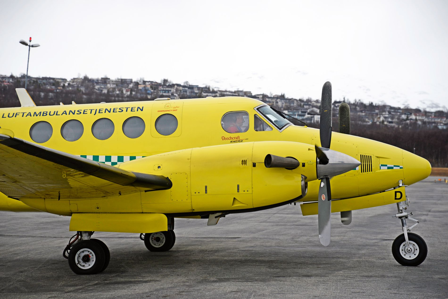 OPPOSISJONEN GÅR SAMMEN: De rødgrønne partiene på Stortinget går sammen om å kreve at kontrakten med den nye ambulansefly-operatøren Babcock brytes, og at Lufttransport, som eier flyet på bildet, får fortsette på ubestemt tid.