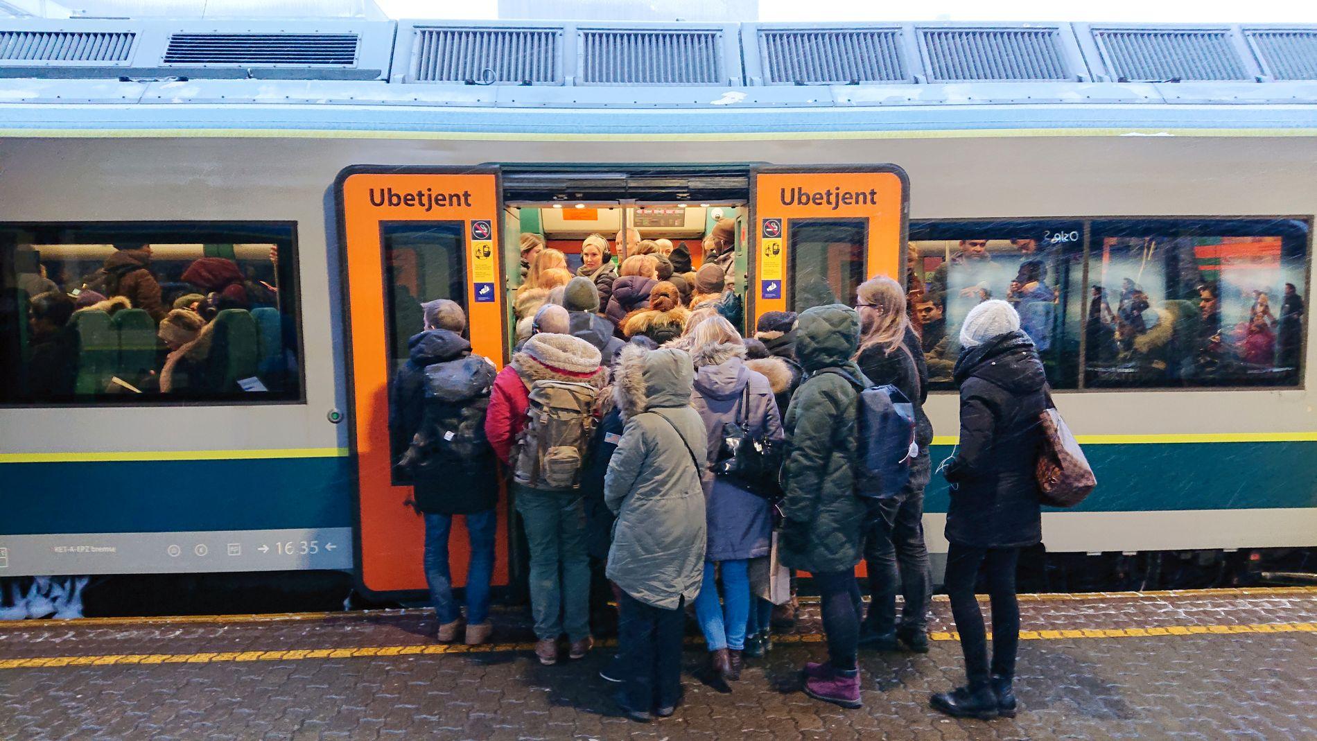 IKKE PLASS TIL ALLE: Forsinket og stappfullt lokaltog mot Lillestrøm på Oslo S.