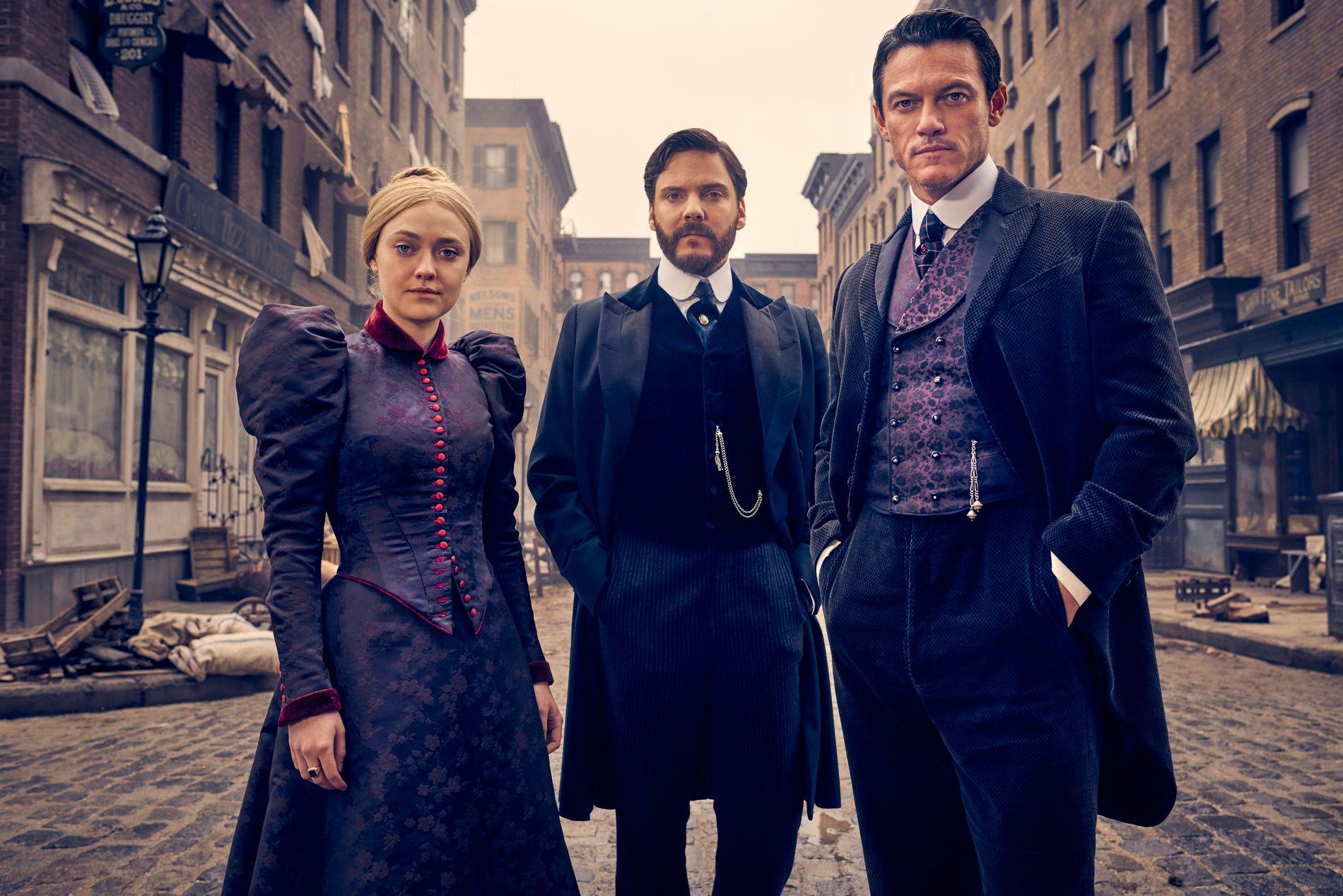 DE TREIGE TRE: Dakota Fanning, Daniel Brühl og Luke Evans i «The Alienist».