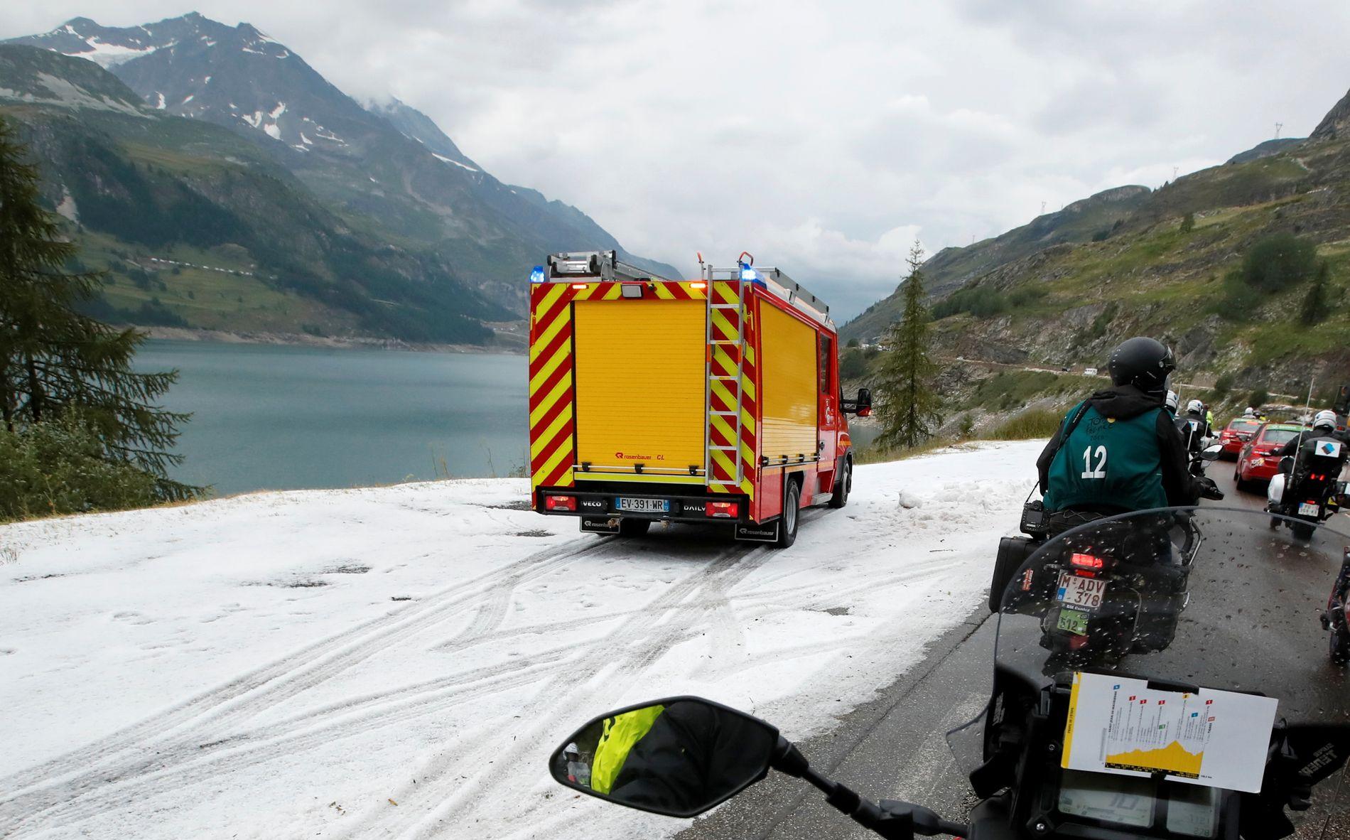 SNØBELAGTE FJELL: En brannbil kommer sammen med følgebilene og motorsyklene.
