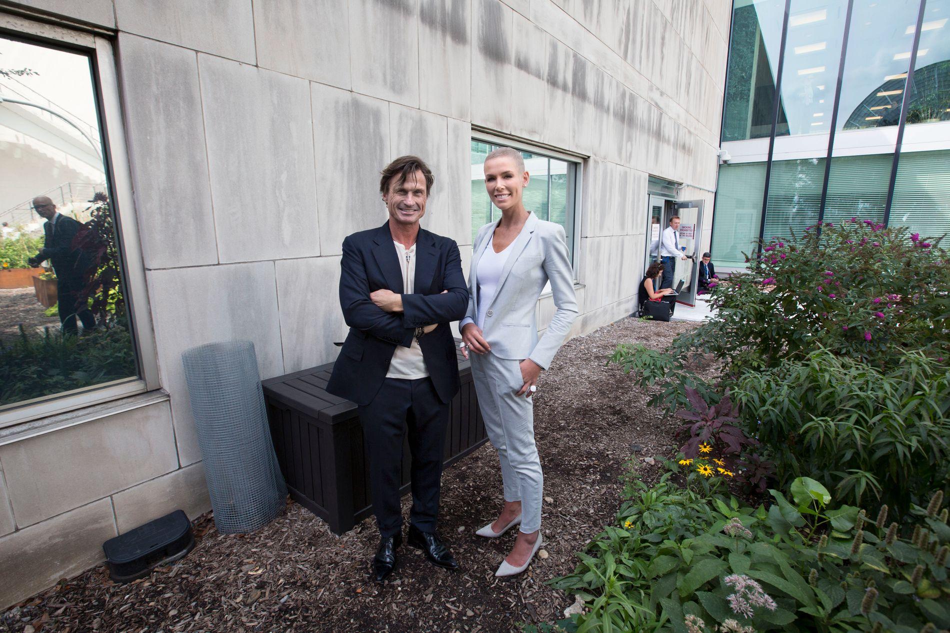 I NEW YORK: Gunhild og Petter Stordalen møtte pressen utenfor FN-bygningen før EAT-konferansen tirsdag.