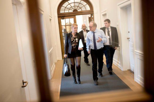 IRRGANGER: Rådgivere og sikkerhetsvakter passer på danskenes utlendingsminister Inger Støjberg, mens hun småløper mellom kontoret og Folketingssalen. Hennes forsøk på å få flyktningene til å velge andre land enn Danmark, har vakt oppsikt.