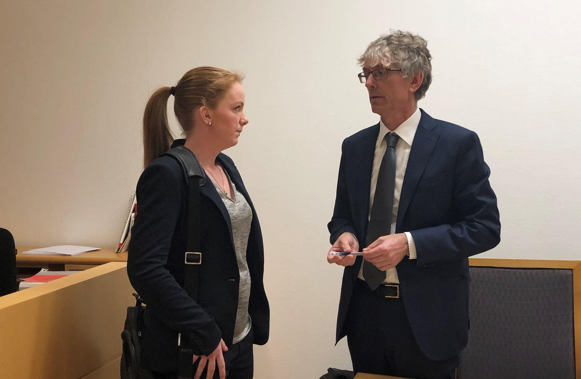 I RETTEN: Forsvarer Eva-Marie Stryker og etterforskningsleder i Spesialenheten Knut Wold under fengslingsmøtet fredag ettermiddag.