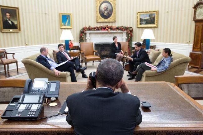 RINGER CASTRO: Her ringer president Barack Obama president Raul Castro i Cuba fra det hvite hus like før han gikk på talerstolen og holdt den historiske talen. Foto: Pete Souza / The White House