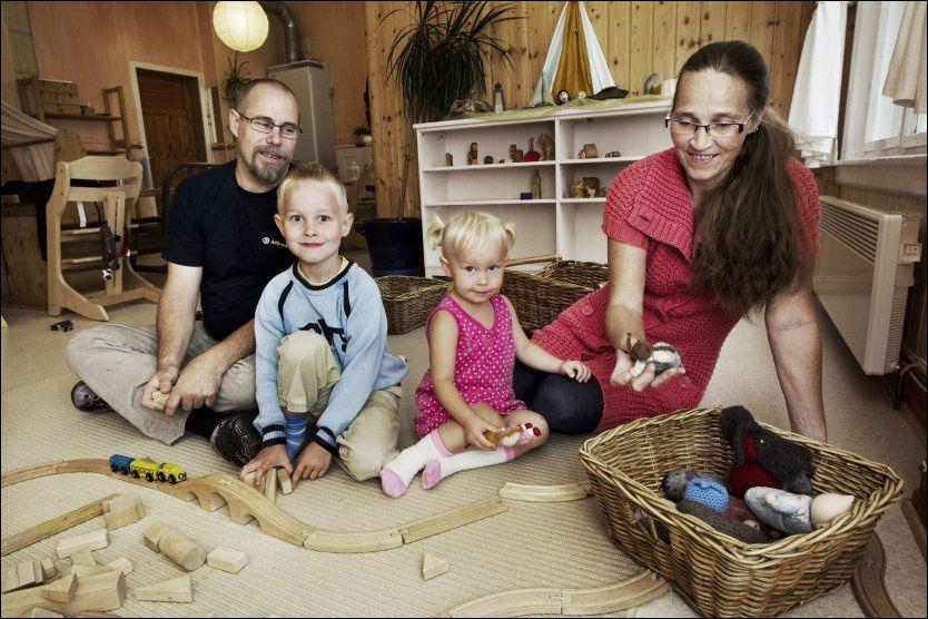 c8490085 VALGTE Å VENTE: Bengt Sandsundet-Hanssen og kona Grete har bevisst ventet  med å sende barna Arín (2,5) og Ulrik (5) i barnehagen.