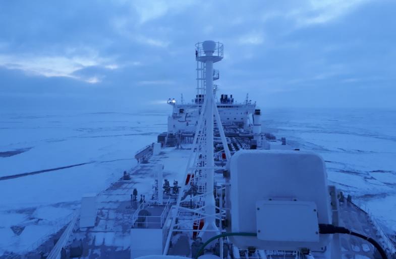 ÅPNET ARKTIS: Her er gasstankeren «Eduard Toll» på vei gjennom Arktis midtvinters – for å hente gass fra nordlige Russland til Europa.