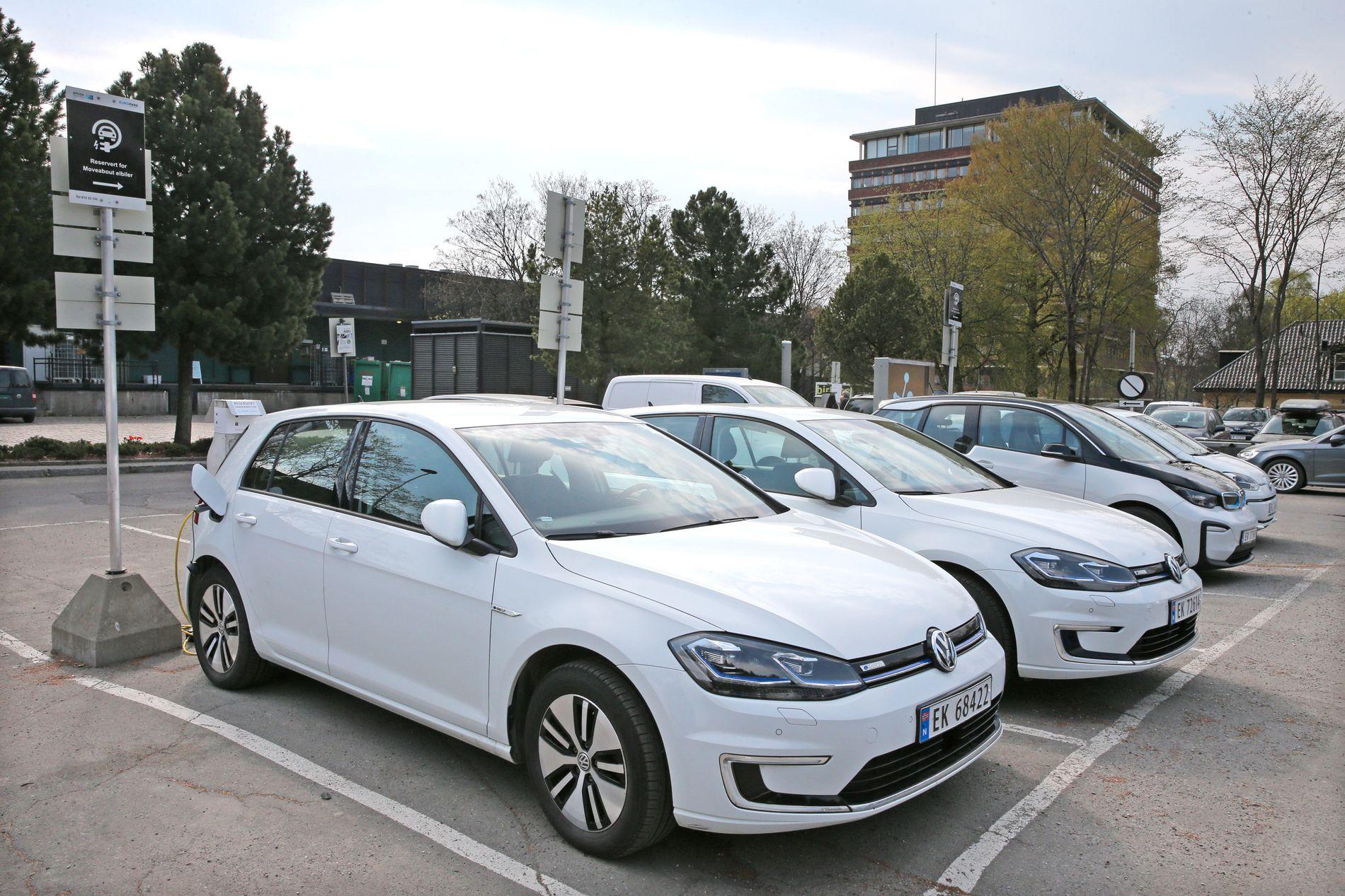 LEDIGE ELBILER: Fire av fem elbiler som universitetsansatte kan låne gratis, sto ledige på p-plassen i Problemveien på Blindern sist onsdag.