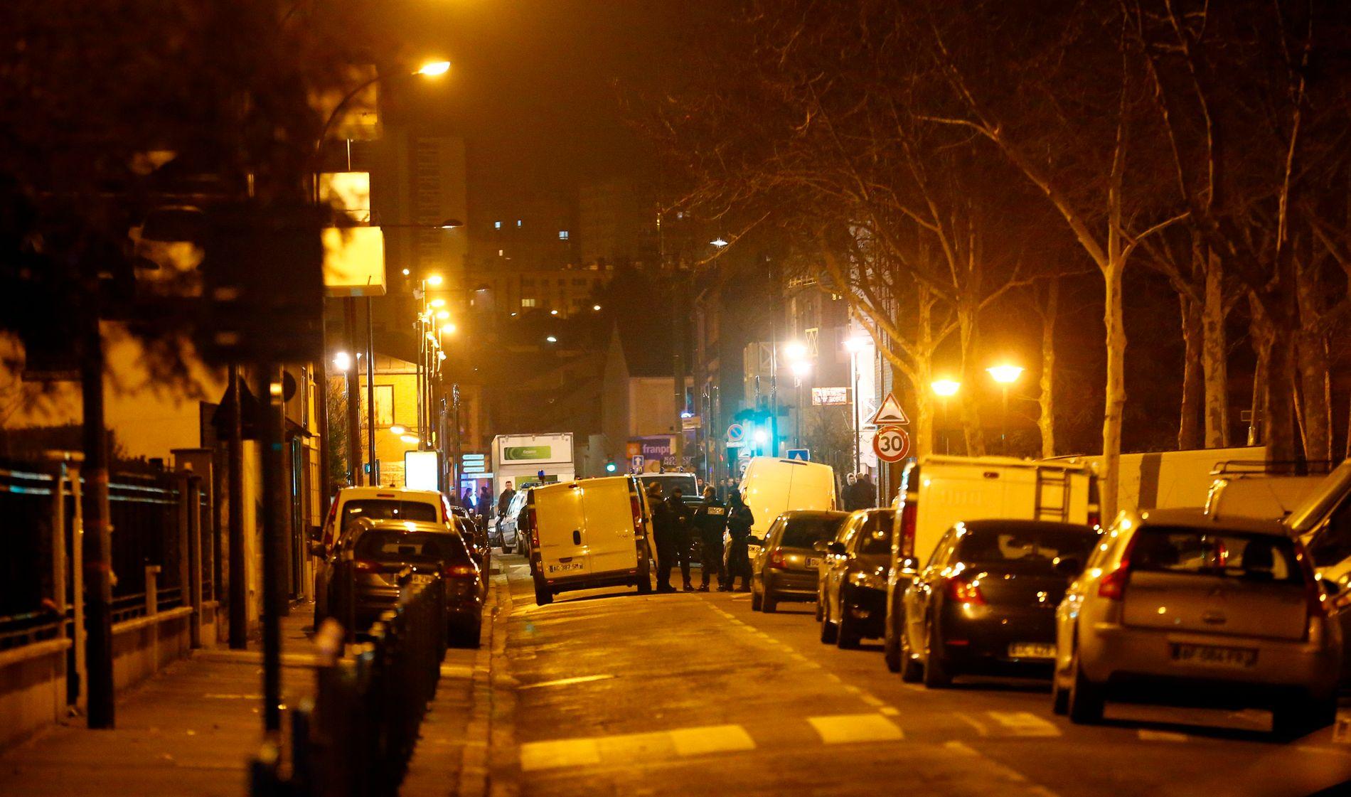 NYE TERRORPLANER: Bevæpnet politi sperret torsdag kveld av alle veier inn mot et område i Paris-hovedstaden Argenteuil.