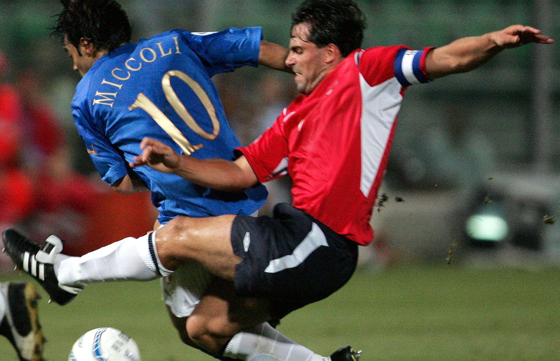 LANDSLAGSKAPTEIN: Martin Andresen, med flagget på brystet og bind rundt overarmen, i kamp mot Italia i september 2004.