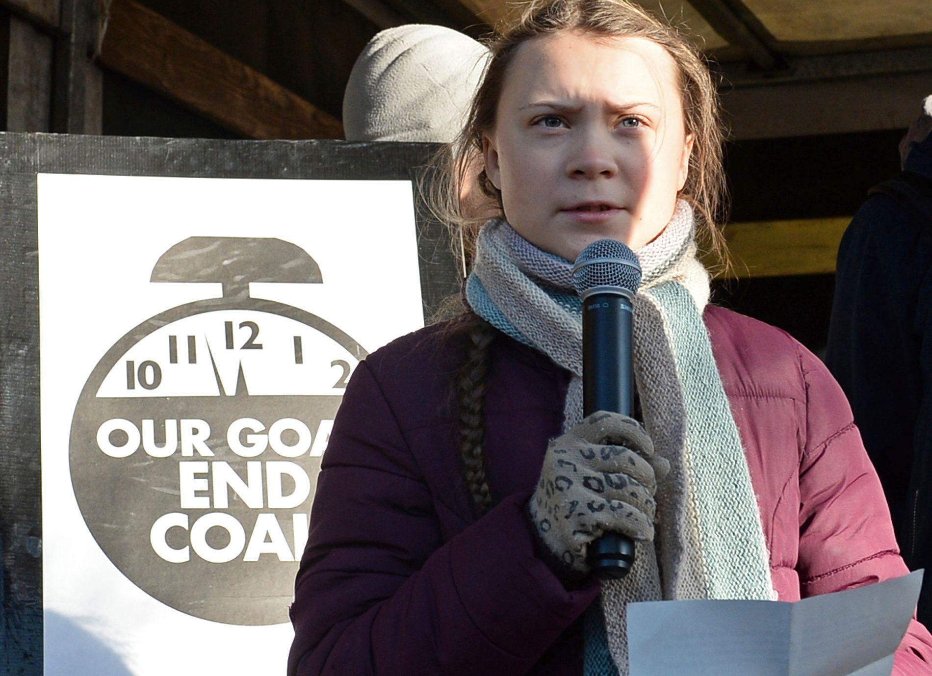 VERDENSKJENT KLIMAAKTIVIST: 15 år gamle Greta Thunberg holdt en tale under klimamarsjen i den polske byen Katowice lørdag. Thunberg ble først kjent da hun hver fredag streiket fra skolen for å tale klimaets sak utenfor den svenske Riksdagen under valget i Sverige i september.