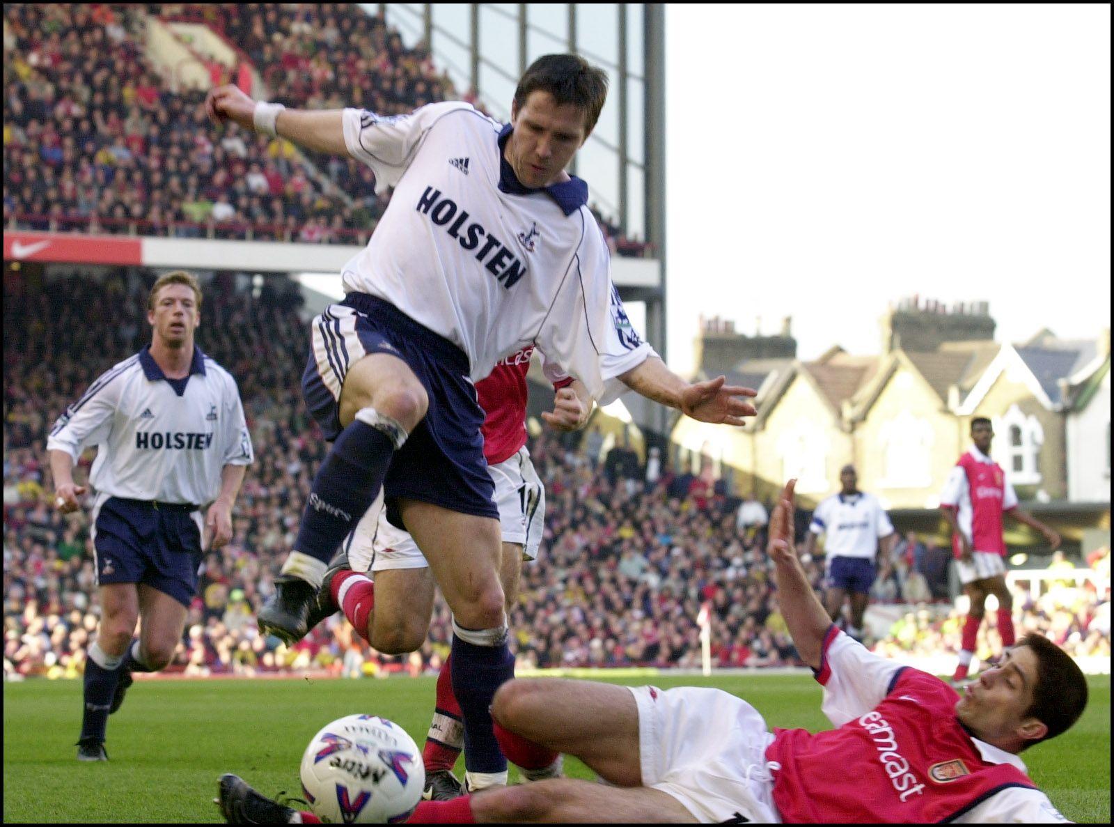 TRE SESONGER: Øyvind Leonhardsen for Tottenham mot Arsenal i år 2000.