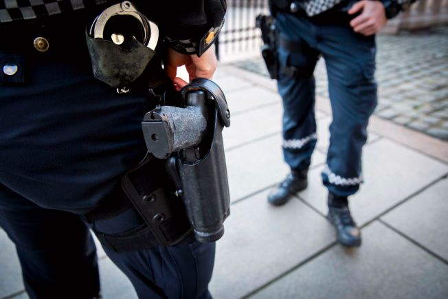 VÅDESKUDD: En politimann fikk kraftig hoste og avfyrte et skudd i våpenrom.