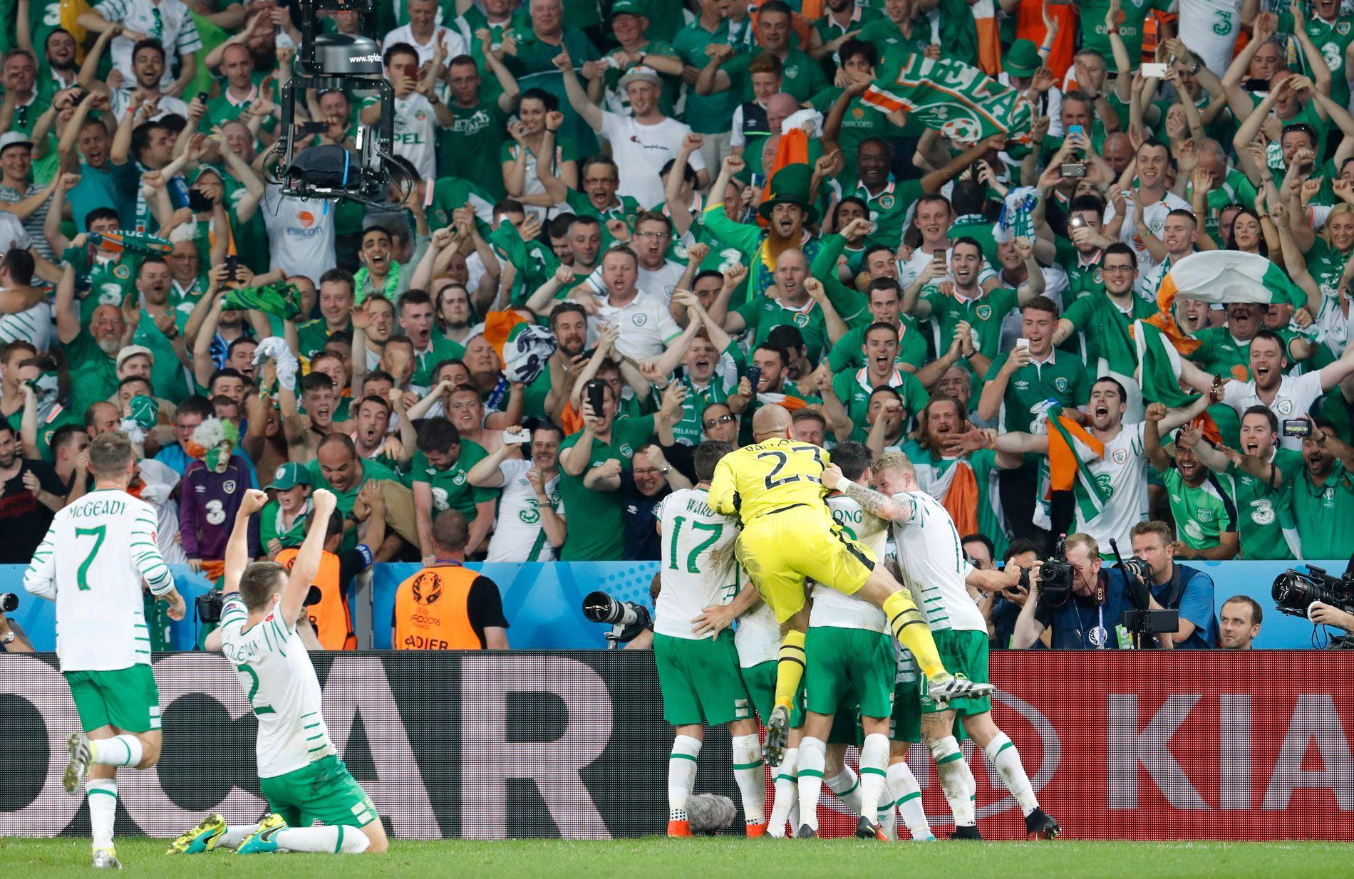 VIDERE PÅ TAMPEN: Irland feirer ellevilt etter 1-0-seieren over Italia som sender dem videre i EM.