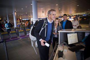 STØR(R)E KOMMUNER: Arbeiderparti-leder Jonas Gahr Støre på vei om bord i flyet fra Bodø til Oslo etter en dag i Lofoten torsdag.