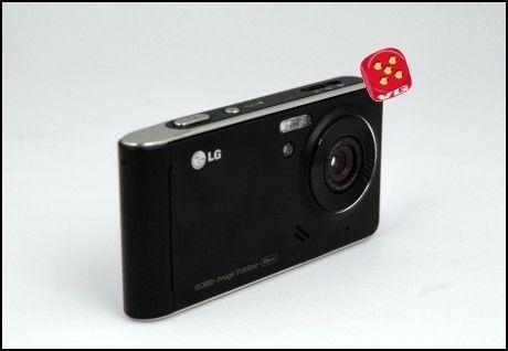 LGs nye kameraflaggskip kan se like mye ut som et kamera som en mobiltelefon. (Foto: Einar Eriksen / Amobil.no)